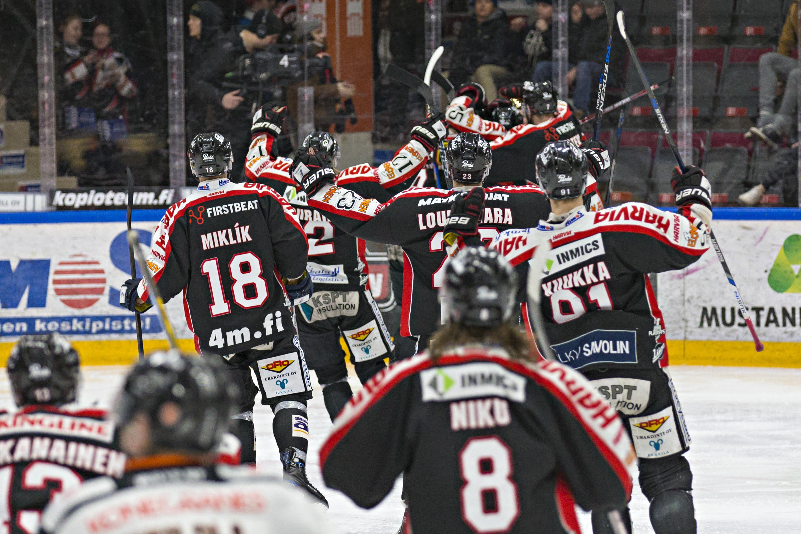 Hokejisté Jypu se radují z vítězství